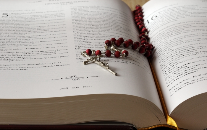 beads-bible-blur-236339-min